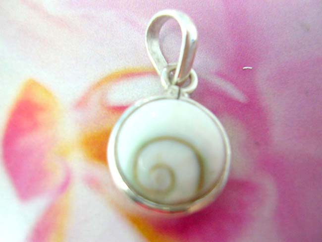 Ladies high fashion seashell pendant with 925. sterling silver mounting from wholesale bali boutique